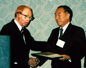 Professor Merrifield (left) Emeritus Chairman Sakakibara (right)